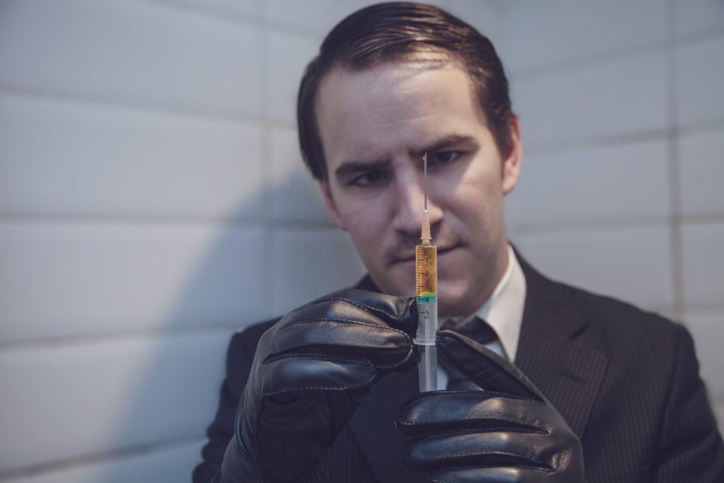 Hombre preparando una jeringa de la vacuna sin patente de Helsinki